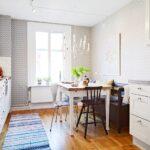 Как деревянный пол на кухне стильно защитить ковром