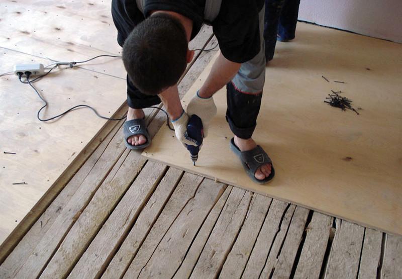 как постелить ламинат на деревянный пол своими руками