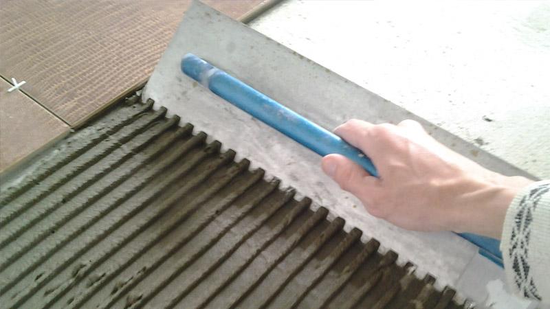 Толщина напольной плитки с клеем около 15-17 мм