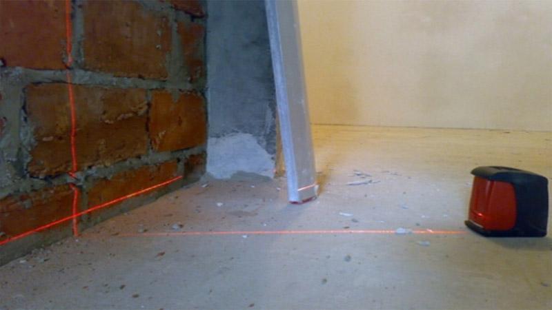 Начальный этап заливки пола бетоном - разметка уровня