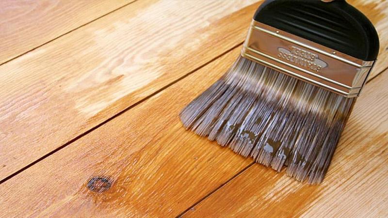 Покраска пола в деревянном доме лаком