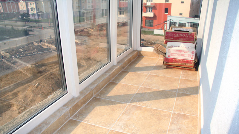 Аккуратный плиточный пол на балконе