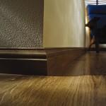 широкий деревянный плинтус