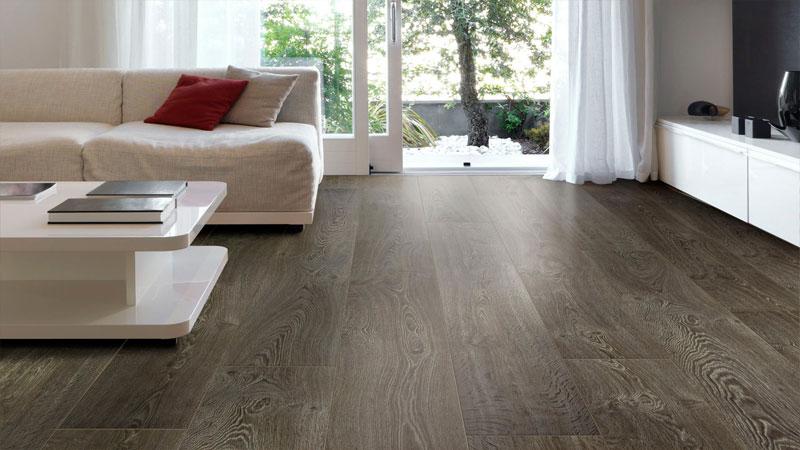 Серый ламинат - отличный выбор для комнаты отдыха