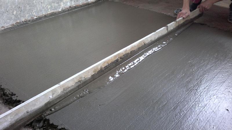 Как выровнять бетонный пол стяжкой