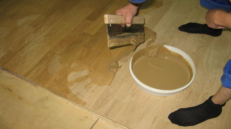 Ремонт пола в доме можно провести простой шпатлевкой