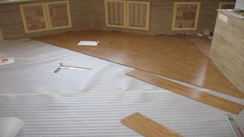 Перед монтажем ламината по диагонали расстелите под ним подкладку