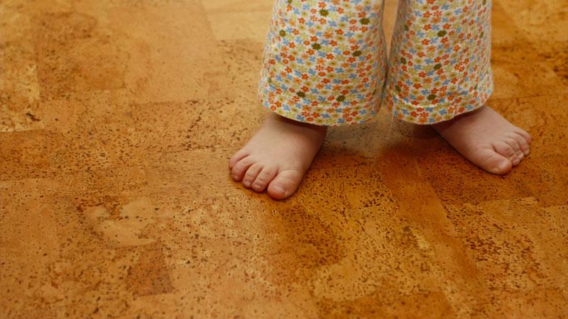 Укладка пробкового пола в детской