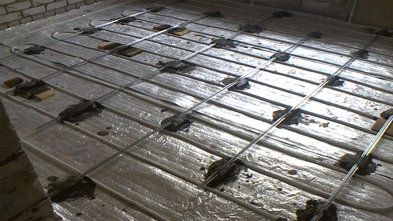 Как выровнять бетонный пол под плитку при помощи маяков